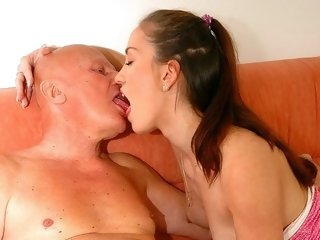 Teen Querida gets an old hard cock to fuck with it